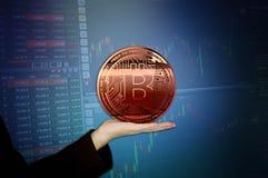 Rappresentazione virtuale dorata dei fondi 3D Bitcoins della foto nuova Fotografia Stock Libera da Diritti