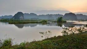 rappresenti preso molto nelle prime ore del mattino quando il sole stava andando su Tam Coc Ninh Binh vietnam Immagini Stock Libere da Diritti