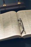 Rappresenti un mucchio dei libri e degli occhiali, con retro Fotografia Stock Libera da Diritti