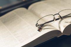 Rappresenti un mucchio dei libri e degli occhiali, con retro Fotografie Stock Libere da Diritti