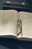 Rappresenti un mucchio dei libri e degli occhiali, con retro Immagine Stock Libera da Diritti