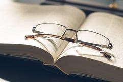 Rappresenti un mucchio dei libri e degli occhiali, con retro Fotografia Stock