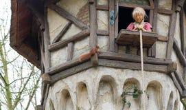 Rapunzel czeka jej kochanka w wysoki wierza Zamiast przychodzi? wiewi?rka Przyci?ganie w parku tematycznym efteling zdjęcie royalty free