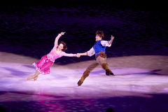 Rapunzel et Flynn dansent pendant le Disney sur la glace Image stock