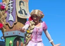 Rapunzel som ler och vinkar på Disneyworld Arkivbild