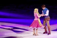 Rapunzel y Flynn bailan durante Disney en el hielo Imagen de archivo libre de regalías
