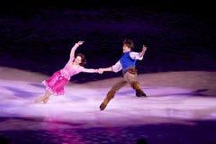 Rapunzel y Flynn bailan durante Disney en el hielo Imagen de archivo