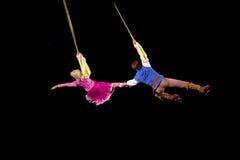 Rapunzel y Flynn vuelan en aire durante Disney en el hielo Imagen de archivo libre de regalías