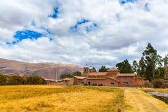 Raqchi arkeologisk plats för Inca i Cusco, Peru (fördärva av templet av Wiracocha), på Chacha, Amerika royaltyfri bild