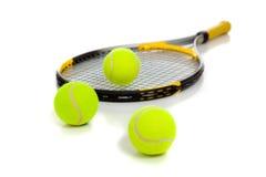 Raquet de tennis avec les billes jaunes sur le blanc image stock