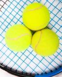 Raquet do tênis com as esferas de tênis Fotografia de Stock Royalty Free