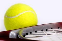 Raqueta de tenis con una bola. Foto de archivo