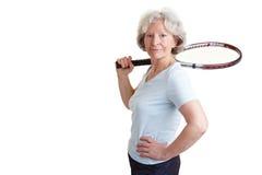 Raqueta de tenis de la mujer mayor que lleva Fotos de archivo