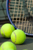 Raqueta de tenis y bolas - vertical Foto de archivo libre de regalías