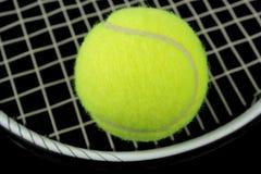Raqueta de tenis y pelota de tenis Imagen de archivo libre de regalías