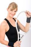 Raqueta sonriente joven del asimiento de la mujer del jugador de tenis Imagen de archivo