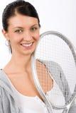 Raqueta sonriente joven del asimiento de la mujer del jugador de tenis Imagenes de archivo
