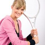 Raqueta sonriente joven del servicio de la mujer del jugador de tenis Fotos de archivo libres de regalías