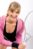 Raqueta sonriente joven del servicio de la mujer del jugador de tenis Foto de archivo libre de regalías