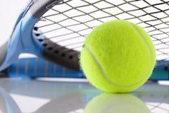 Raqueta y bola de tenis Imagen de archivo libre de regalías