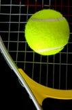 Raqueta y bola de tenis Foto de archivo libre de regalías