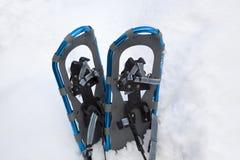 Raquetas de aluminio azules en un snowbank Imágenes de archivo libres de regalías