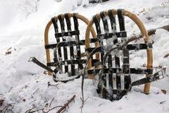 Raquetas de la vendimia en nieve Imagen de archivo libre de regalías