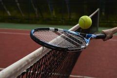 Raquete, bola e rede de tênis imagem de stock