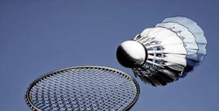 Raquete de badminton e azul-céu abstratos coloridos da peteca imagens de stock