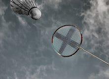 Raquete de badminton e azul-céu abstratos coloridos da peteca imagem de stock