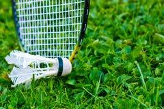 Raquete de badminton na grama Fotografia de Stock