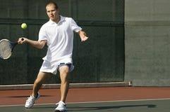 Raquete de balanço do jogador de tênis no movimento do golpe Fotografia de Stock
