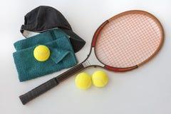 Raquete de tênis com bolas tampão e toalha fotos de stock