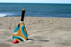 Raquete de tênis da praia fotografia de stock