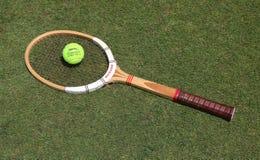 Raquete de tênis de Dunlop do vintage e bola de tênis de Slazenger Wimbledon no campo de tênis da grama fotografia de stock royalty free