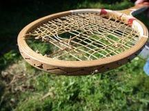 Raquete de tênis de madeira velha imagens de stock