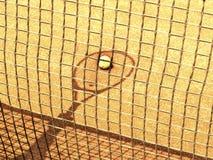 Raquete de tênis e sombra da rede com a bola no campo de tênis 143 o Fotografia de Stock Royalty Free
