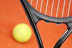 Raquete de tênis na corte com a bola imagem de stock royalty free
