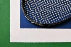 Raquete de tênis na corte de tênis imagem de stock royalty free