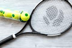 Raquete de tênis na opinião superior do fundo de madeira Foto de Stock Royalty Free