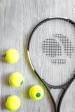 Raquete de tênis na opinião superior do fundo de madeira Imagens de Stock Royalty Free