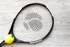 Raquete de tênis na opinião superior do fundo de madeira Fotos de Stock Royalty Free