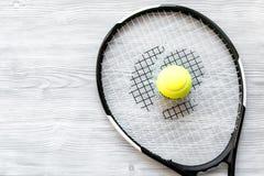 Raquete de tênis na opinião superior do fundo de madeira Imagem de Stock Royalty Free