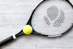 Raquete de tênis na opinião superior do fundo de madeira Fotografia de Stock