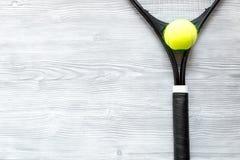 Raquete de tênis na opinião superior do fundo de madeira Fotos de Stock