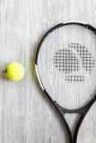 Raquete de tênis na opinião superior do fundo de madeira Foto de Stock