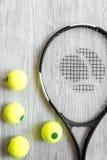 Raquete de tênis na opinião superior do fundo de madeira Imagem de Stock