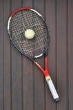 Raquete de tênis quebrada e esfera de tênis velha Fotografia de Stock Royalty Free