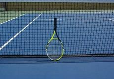 Raquete de Tenis na corte imagens de stock royalty free