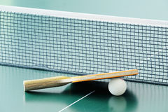 Raquete do tênis de mesa e uma bola Fotos de Stock